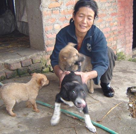 Nepalese vrouw met hondjes